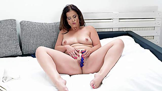 Solo MILF treats her pussy with toys and fingers