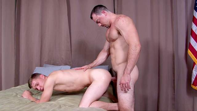 Muscular dude gives a blowjob to his friend before being fucked